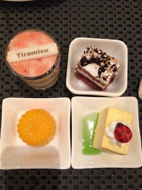 我吃撑得不行了,看着这些可爱的甜品,忍不住又拿来全部吃掉了