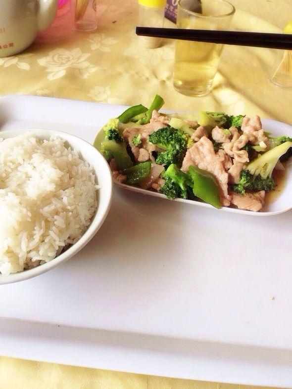 他的午餐—西兰花青椒炒肉片饭