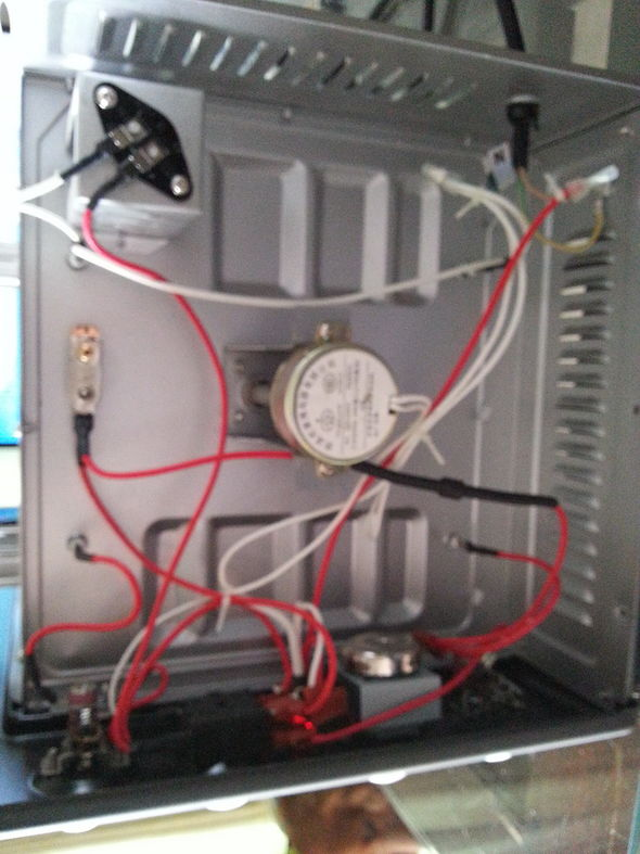 我在星期天把家中的卡士烤箱改造升级了,原烤箱是上下单独调温,有发酵的。但是,该烤箱的温度控制不稳定(这是一般几百元烤箱的通病)因此,我下决心把它改成一个智能温度控制的、单独上下温控的烤箱。我在早些时间在淘宝网购买了两个智能温控器,两个固态继电器和两个感温探头才140元。我经过半天的改装,终于把烤箱的安装调试完成,因为,时间关系,总装配要过几天才完成。 标签: